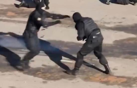 Todo puede ocurrir en la cárcel…hasta una pelea de mma (vídeo)