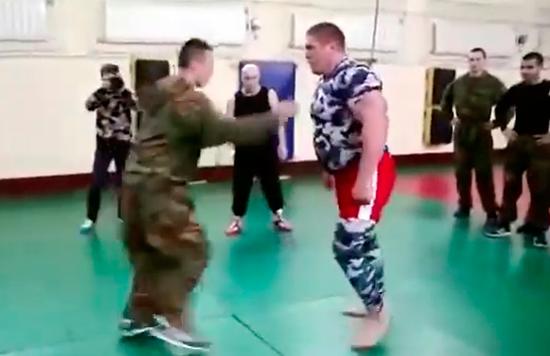 Un entrenamiento de mma acaba a…… tiros (Vídeo)