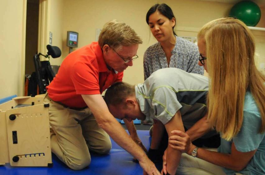 Mike Sheffield trabajando en su recuperación en la clínica