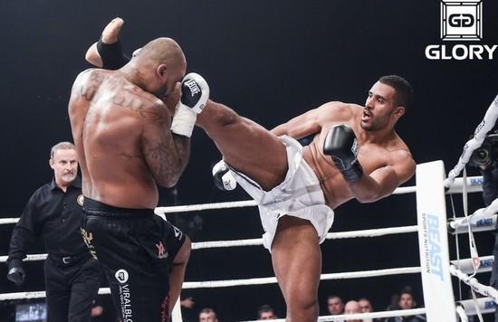 Benjamin Adegbuyi en un combate de kickboxing en GLORY
