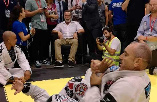 Arnold Schwarzenegger presenciando un combate de Jiu Jitsu