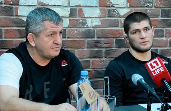 Padre e hijo en una conferencia de prensa