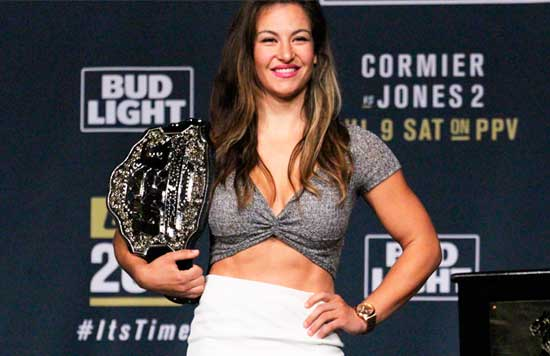 Miesha-Tate posando con su cinturón del peso gallo de UFC