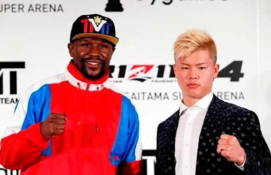 Tenshin Nasukawa y Floyd Mayweather posando en el cartel de su evento