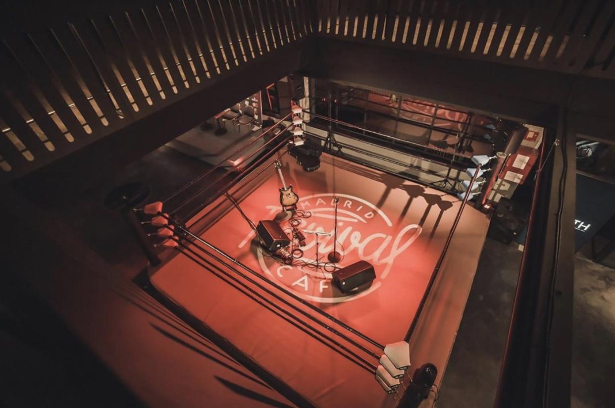 Revival Café abre sus puertas y celebra un evento de boxeo especial.