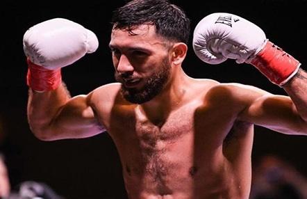 Un boxeador se desploma justo después de noquear a su rival