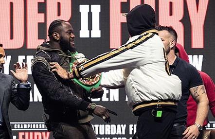 La inesperada reacción de McGregor tras la suspensión del careo entre Fury y Wilder