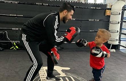 El excampeón mundial Billy Dib da clases de boxeo a Quaden Bayles para defenderse del bullying