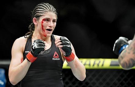 Julia Ávila, luchadora de UFC, fabrica y dona mascarillas